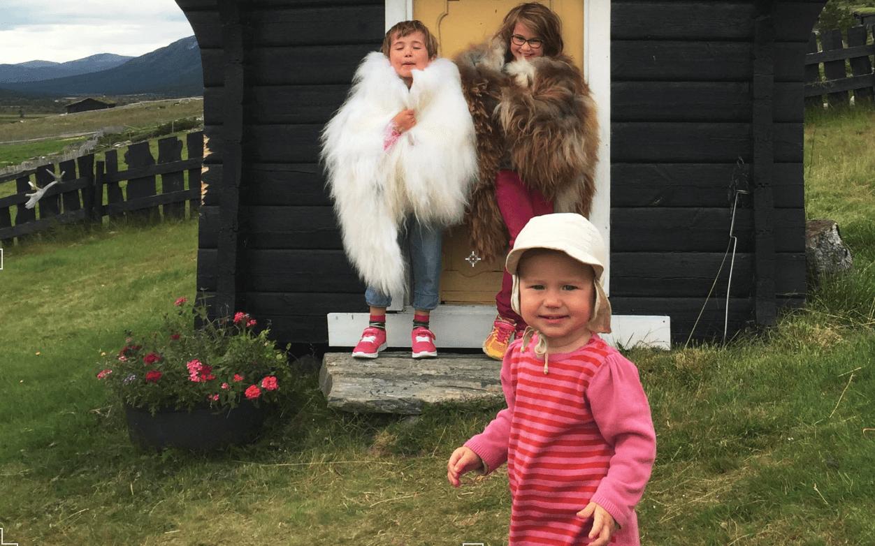TIL SETERS: – Vi har brått fått unger som vi må mase inn igjen fordi all moroa skjer ute, forteller Sigurd Rønningen. Foto: Sigurd Rønningen