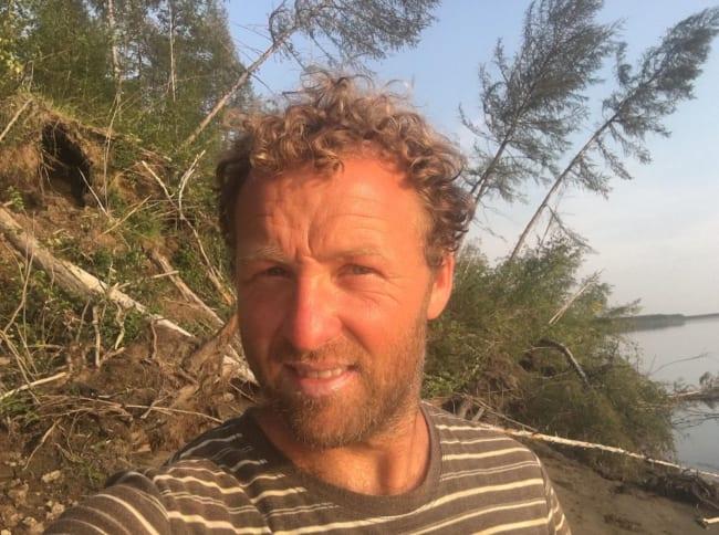 EKSPEDISJON KOLYMA: Eventyrer Kjartan Bergsvåg startet padleturen i Seimchan. Derfra beregner han 1800-1900 kilometer med padilng helt ut til Nordishavet. I bakgrunnen kan du skimte hvordan den smelting av permafrosten gjør at grunnen kollapser. Foto: Privat