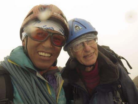 FJERDE FORSØK: Tshering Pande Bhote har de siste årene vært Walther Schoppe sin faste guide på de mer krevende 2000-meter toppene. Etter tre forsøk i fjor kom Walther endelig til topps på Nordre Midtmaradalstind (2062 moh.) Foto: Tshering Pande Bhote