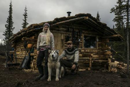 SELVGJORT: Tonje og Per Anders foran hytta de bygde sjøl. – Et to-måneders slit, forteller hun.