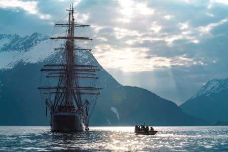 UNIK OPPLEVELSE: Med seilskuta Christian Radich som utgangspunkt får toppturen en helt ny dimensjon. Foto: Martin Olsson