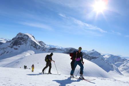 FINN EN HELG: Toppturfestivalene inviterer til ski og moro fra morgen til kveld. Her fra en godværsdag under High Camp Sunnmøre. Foto: Håvard Myklebust