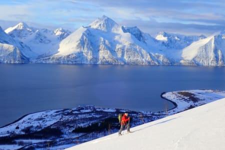 GUIDEN TIL TRYGGE TOPPTURER: Her legger medforfatter og redaktør Erlend Sande spor i Kåfjord i Troms. Foto: Espen Nordahl
