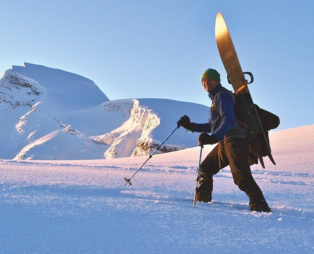 Aadne Olsrud har jobbet mye med skredvurdering for NVE og Statens Vegvesen i Troms, som fjelloppsynsmann og turguide. Foto: Privat