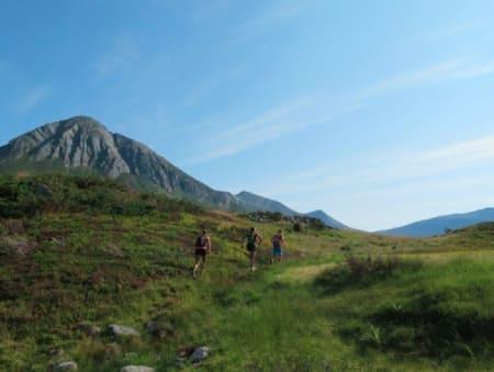 Her er vi i Ljøsådalen kort tid etter avmarsj med fjellet Såta i sikte. Kari Vikhagen Gjeitnes, Magnor Rypdal og Ola Hovdenak. Foto: Bård Smestad