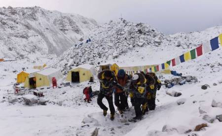 DRAMATISK: 18 fjellklatrere er bekreftet omkommet i Everest Base Camp. Hjelpearbeidet pågår. Foto: ROBERTO SCHIMDT, AFP/Scanpix