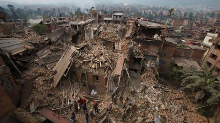KATASTROFE: Jordskjelvet i Nepal har rammet det fattige fjellandet hardt. Så langt er over 3700 mennesker bekreftet omkommet, og tallene fortsetter å stige. Foto: AP/Niranjan Shrestha