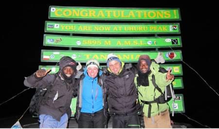 På Afrikas tak: Hildegunn Wingdahl og Erik Heggeland organiserte Kilimanjaro-turen sin selv. Foto: Privat