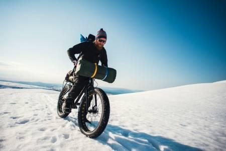 PANSERSKARE: Når skaren sitter på fjellet, er det drømmeføre for sykling. Foto: Mikkel Bølstad