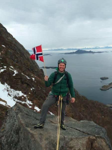Et bilde fra 17.mai-flagginga på Svolværgeita. Sola glimtet til med sitt fravær! Foto: Sofie Viker
