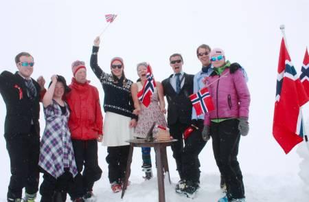 Glad gjeng på Norges høyeste fjell, Galdhøpiggen, på 17.mai. Foto: Ingrid Grønnestad