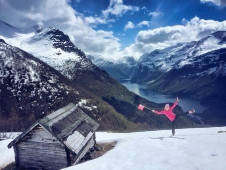 Tipp-topp 17. mai på Lohøgesætra i Loen med Lovatnet og Lissjeskåla i bakgrunnen. Foto: Ragnhild Haugen