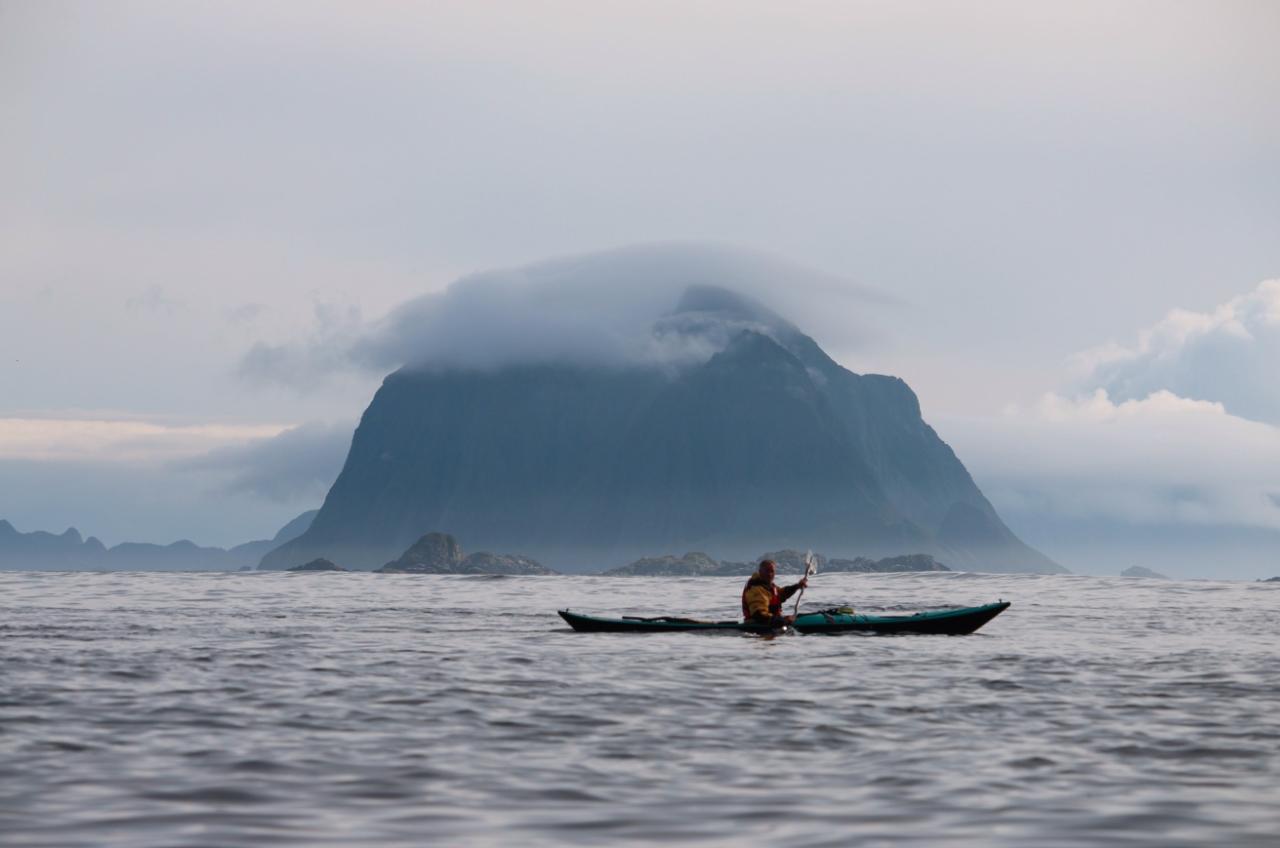 KOMMER: Nettserien Norske padleperler er spilt inn i Lofoten og Helgeland, og er et sammensatt program som viser hva man kan oppleve i området og la seg inspirere av. Foto: Kristoffer Vandbakk