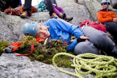 Marte Løfman tar en hvil på vei over Skotstindtraversen. Foto: Line Hårklau