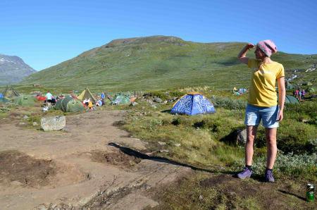 Siri Emilie Strandman ser utover en solfylt camp. Foto: Ida Eri Sørbye