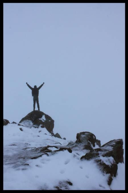 På toppen av Rødtind. Framfor stenen jeg står på er den en klippe. Hadde hatt god utsikt over tromsøya var det ikke for all tåka.