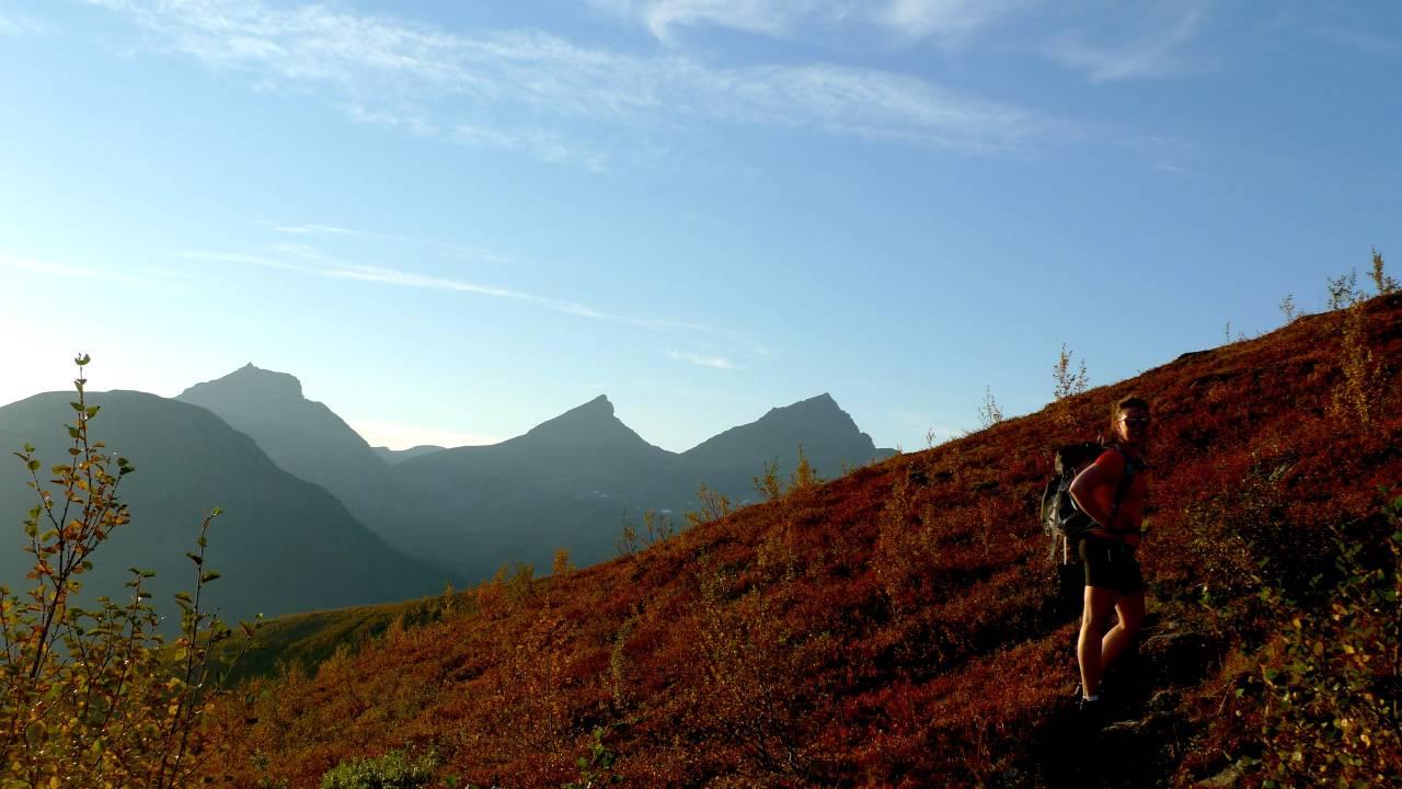 Ragnhild S. Pedersen på vei opp Blåtind (1180 moh.). Foto: Kariann Skare