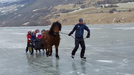 PÅ TYNN IS: Bloggeren (til høyre) på snøfritt vintereventyr med skøyter og hest som fremkomstmiddel i stedet for Madshus og Blå Swix. Foto: Kjersti Frackmann Strass.