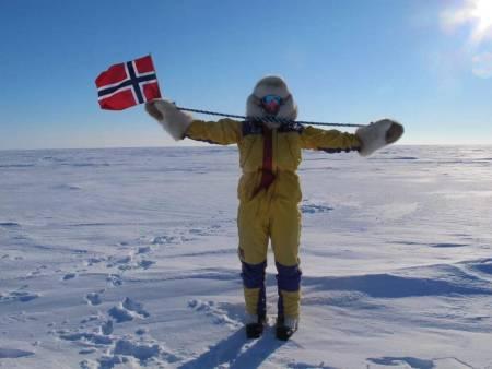 HEIST FLAGG: Til ære for våre polare heltar, Roald Amundsen og hans hjelpemenn.