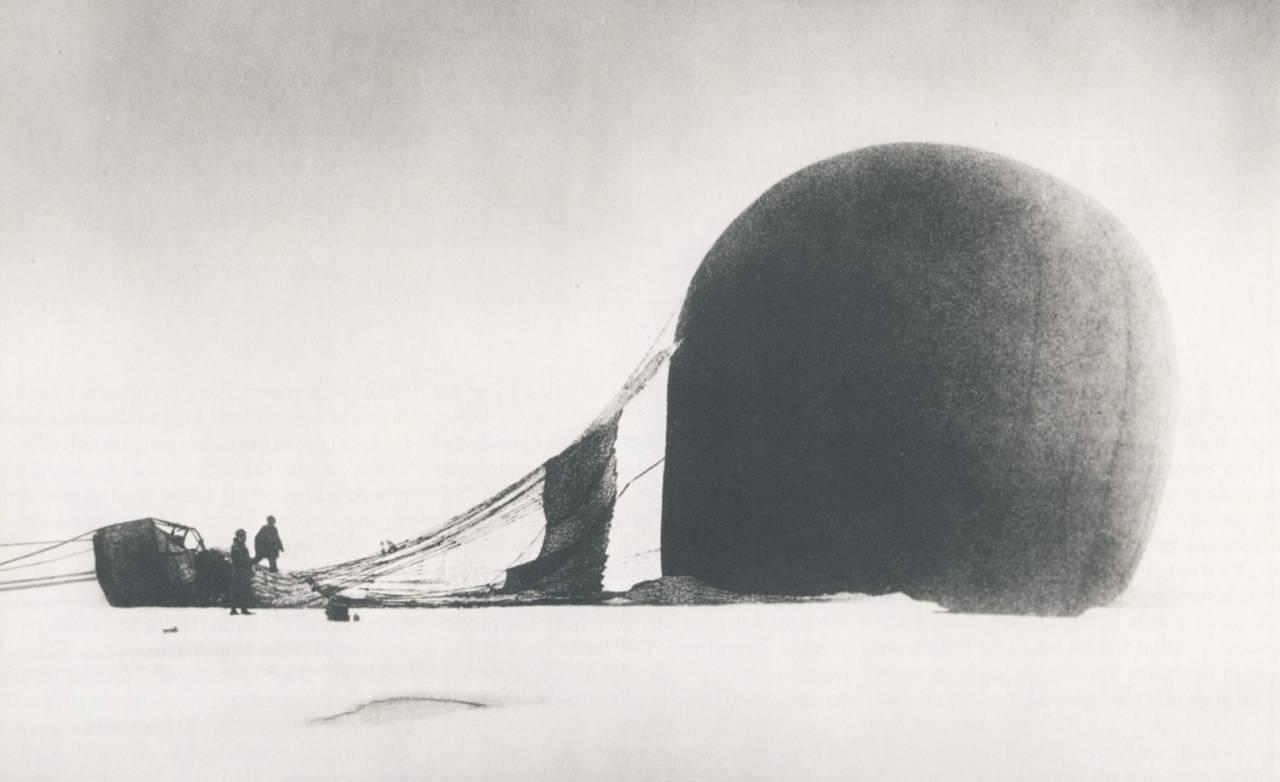 11. JULI 1897: Ingeniør Andrées polarekspedisjon tar av i en hydrogenballong, på vei til Nordpolen. I de tettskrevne dagbøkene kan vi lese hvordan de etter bare noen få dagers luftferd blir tvunget til å nødlande på pakkisen. Tre måneder senere dør alle de tre ekspedisjonsmedlemmene. I snart hundre år har polarforskere, journalister og leger forsøkt å løse gåten om hva som egentlig skjedde på øya. Foto: Nils Strindberg
