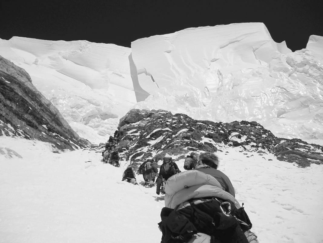 OVERHENG: Isformasjoner reiser seg truende over Flaskehalsen, den mest dødbringende strekningen på K2. Enorme isblokker revner med jevne mellomrom i den stupbratte isveggen. Foto: Iso Planic´/Predrag Zagora
