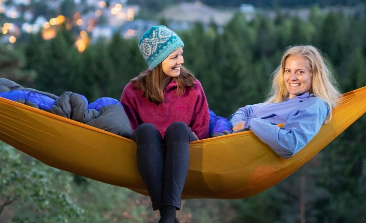 HENGEHØYE: Tursøstrene har samlet 70 fine hengekøyeturer fra Norges 15 største byer. Foto: Fra boka