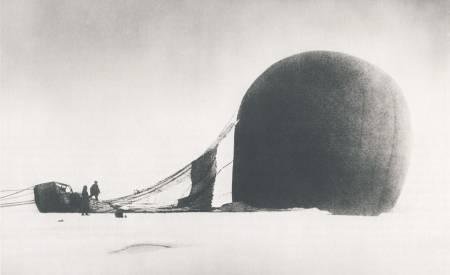 BALLONGFERDEN: S. A. Andrée og Knut Frænkel med den havarerte ballongen på pakkisen, fotografert av det tredje ekspedisjonsmedlemmet, Nils Strindberg. Den eksponerte filmen fra den mislykkede ekspedisjonen i 1897 ble funnet i 1930.