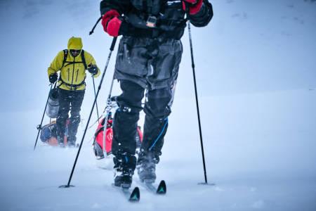Alt av nødvendig utstyr – mat, klær, kart og kompass må deltagerne selv frakte med seg i pulken som veier minimum 40 kilo. Foto: Xavier Koenig/Xtremeidfjord
