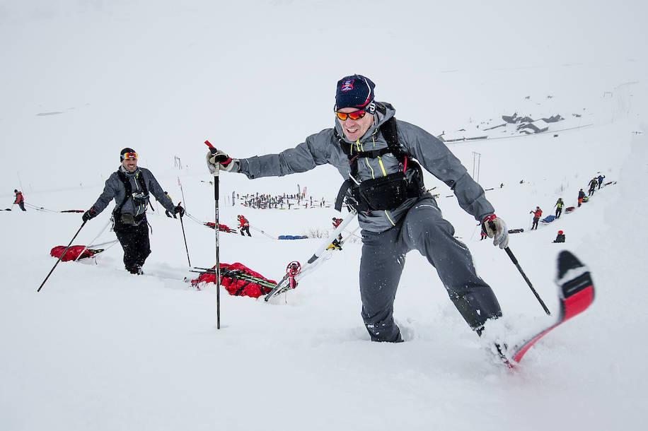 VILJE AV STÅL: Øyvind Lillehagen og Halvor Wang i knedyp snø. Team Team Åsnes RAB var de første som krysset målstreken og vant lagkonkurransen for Team Åsnes RAB. Foto: Kai-Otto Melau/Xtremeidfjord