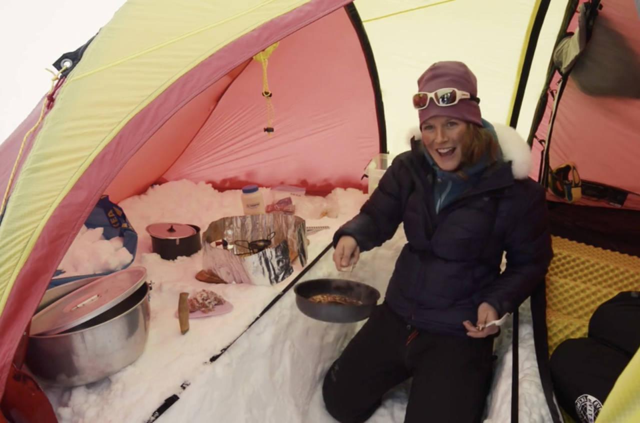KULDEGROP: Bygger du den riktig, blir det enklere og mer komfortabelt å lage seg god mat på vinterturer. Foto: Christian Nerdrum