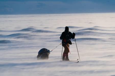 ENDELIG I GANG: Ett år med planlegging og spesifikk trening bak, og nærmere 600 øde kilometere foran oss. Grønland skulle krysses fra vest til øst. Med oss hadde vi et skiseil, toppturutstyr, et forskningsprosjekt og mat for 27 dager