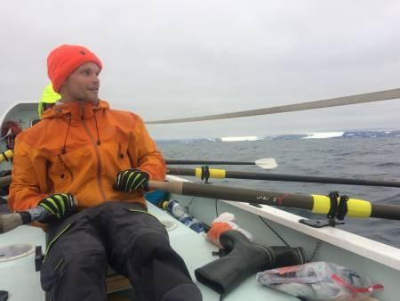 Strekket fra Hornsund til Longyearbyen er tøft og fascinerende, med en mengde isbreer. Roer er Tor Wigum.