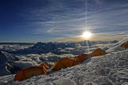 HER OPPE: Utsikt ifrå 6700 meter gjer flokane i håret større og solbrunekinn lykkelege! Blanke auge glitrar mot himmel, velvitande og takknemlig å få driva med det ein elskar!