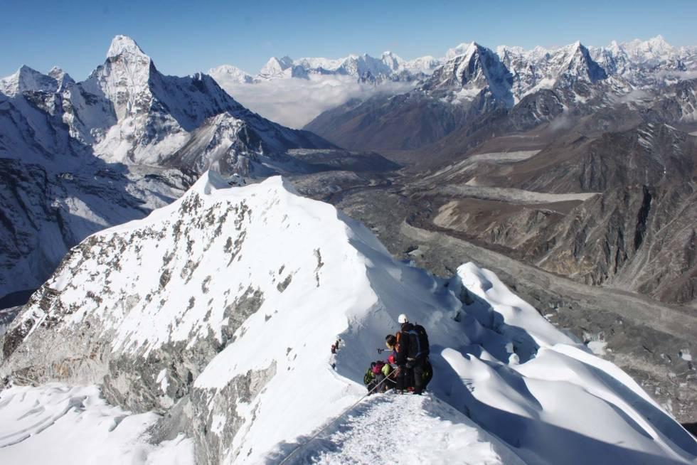 ISLAND PEAK: Hvitserk tilbyr fjellturer i fjerne strøk. Nå har Nepal stengt landegrensene.