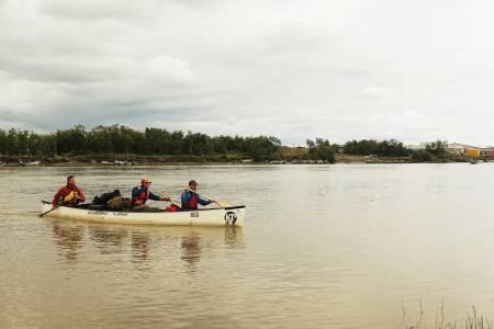 Emmonak: Å padle tre i en kano krever sitt når det kommer til samarbeid og logistikk underveis. Her ved siste tettsted før havet, Emmonak. Her var det drøye 25 kilometer ut til havet, og det var her vi tilbrakte de siste kveldene langs elva, forteller Marius Fuglestad. Foto: Peter Gupta