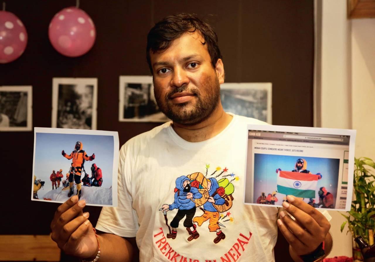 MANIPULERT: Den indiske klatreren Satyarup Sidhantha viser fram bildene fra da nådde toppen av Everest. Han stusset imidlertid da han oppdaget at bildet hans var fotoshoppet av et ektepar som ikke hadde vært på toppen. Foto: SCANPIX