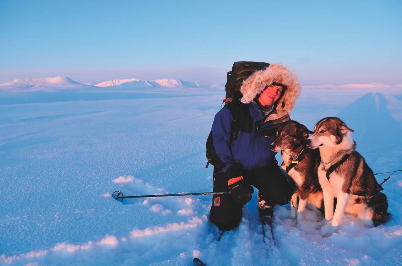 SOL I FJESET: Liv Engholm og hundene nyter dagene. Alle foto: Ida Ask