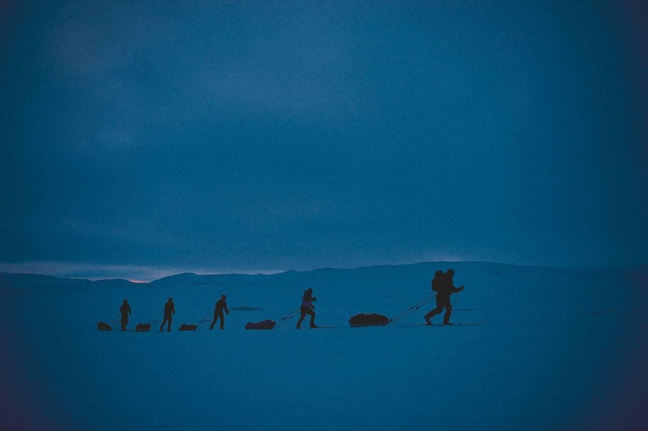 Deltakere på Expedition Amundsen over vidda i skumringen, eller var det grålysningen? Timene går i ett i konkurransen om å komme først over vidda. Foto: Agurtxane Concellon