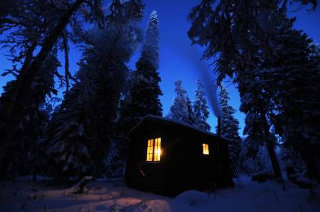 Kveldshygge: Tømmerkoia midt i furu- og granskogen er omgitt av en atmosfære bare slike tømmerkoier midt i en skog kan ha. Foto: André Spica
