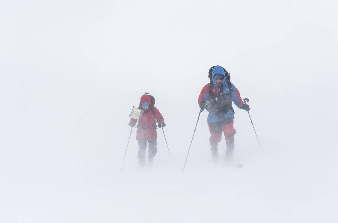 Melkekartong: Når stormen suser rundt ørene dine, er det en spesiell opplevelse å være i fjellet. Noen meter med sikt gjør det til en utfordrende navigasjonsjobb. Foto: Hans Kristian Krogh-Hanssen