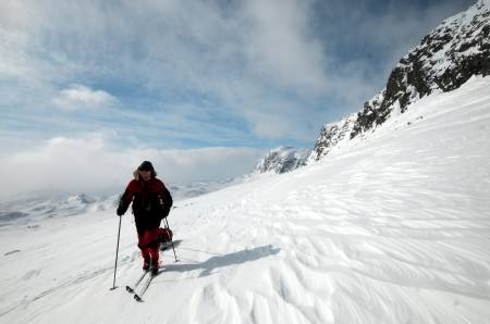 HARDANGERVIDDA: Det er vidt og fint, og ofte mye vær på Hardangervidda. På vårparten er det gode muligheter for fine skidager. Foto: André Spica