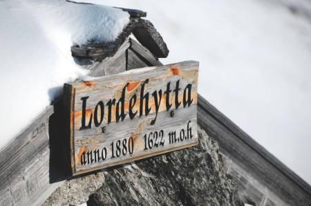 LORDEHYTTA: Steinhytta har vært benyttet som turmål og nødbu i mange år. Foto: André Spica
