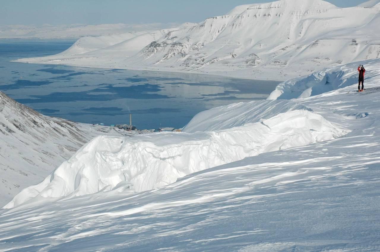 SKAVLFALL: En spenningssprekk som har løsnet en hel skavl fra platået på Gruvefjell på Svalbard. Skavlen fortsatte å vokse til den til slutt kollapset. Foto: Ulli Neumann