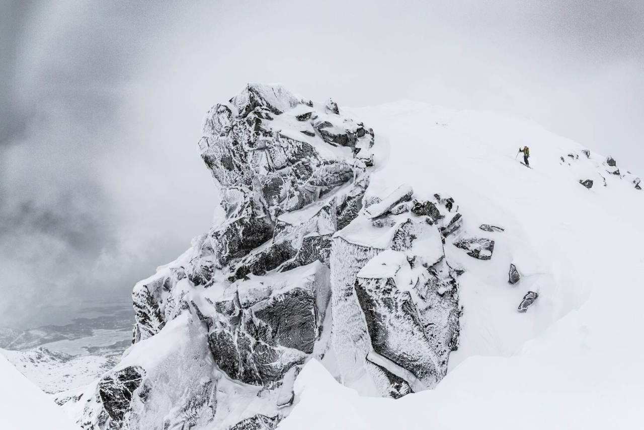 SKIFERIE I LOFOTEN: Her er Louise på tur opp til Rundfjellet i lett ruskevær. Foto: Torbjørn Melby