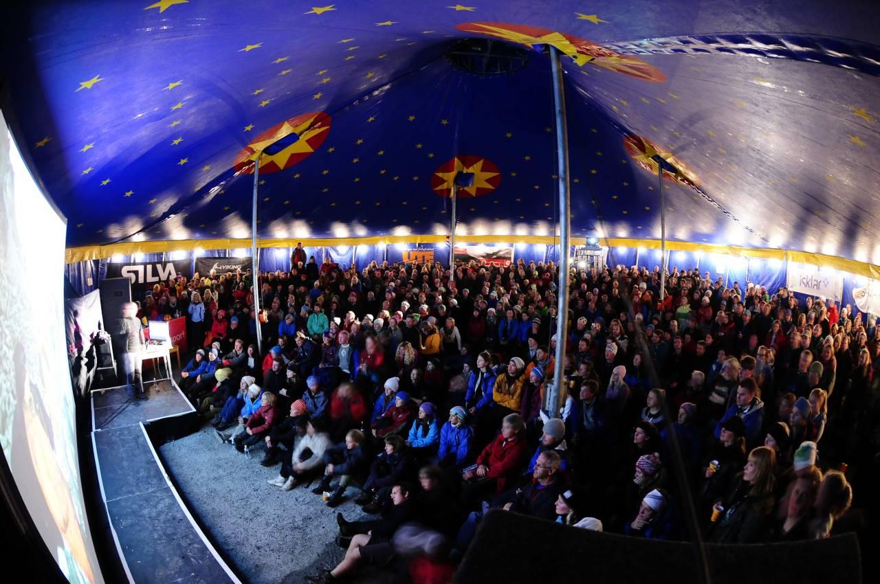 Sirkusteltet hvor filmene og foredragene holdes her med Jarle Trå i 2010. Foto Juel Victor Løkstad