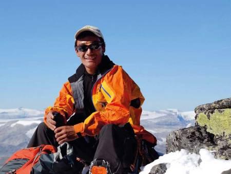 Dawa Tenzing Sherpa. Våren 2012 ledet han sin syvende ekspedisjon til topps på Mount Everest. Om sommeren er det turister på Leirvassbu som får nyte godt av hans erfaringer.