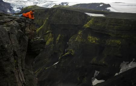 FOTTUR-FOtOGRAFEN: Trym Sannes gikk over Island sist sommer. Her på opp fra Thorsmörk til fjellpasset mellom Eyjafjallajökullen og Myrdalsjökullen er det spektakulære landskap med luftige stup. Dette landskapet ble formet under utbruddet i 2010. Foto: Trym Sannes