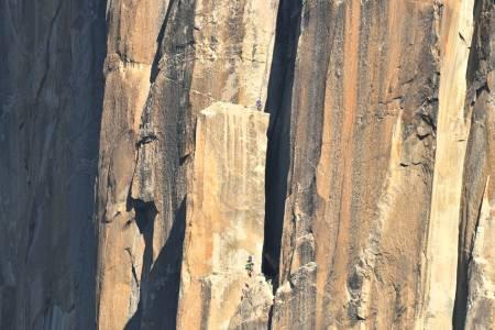 FREERIDER: El Capitan tiltrekker seg klatrere fra hele verden. Her er Paula Voldner og Mari Augusta Hotlien Salvesen ved The spire, omtrent halvveis i veggen. Foto: Tom Evans