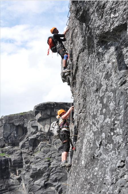 STIGE: Det er sjeldent du spiser så mange høydemeter på fjellturen. Her går det rett opp 200 meter i en via ferrata.