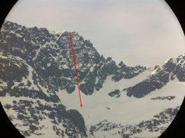 Rød pil viser omtrent fallet og funnstedet fra ulykken på Ystevasshorn.Foto: Jan-Gunnar Hole/NGI